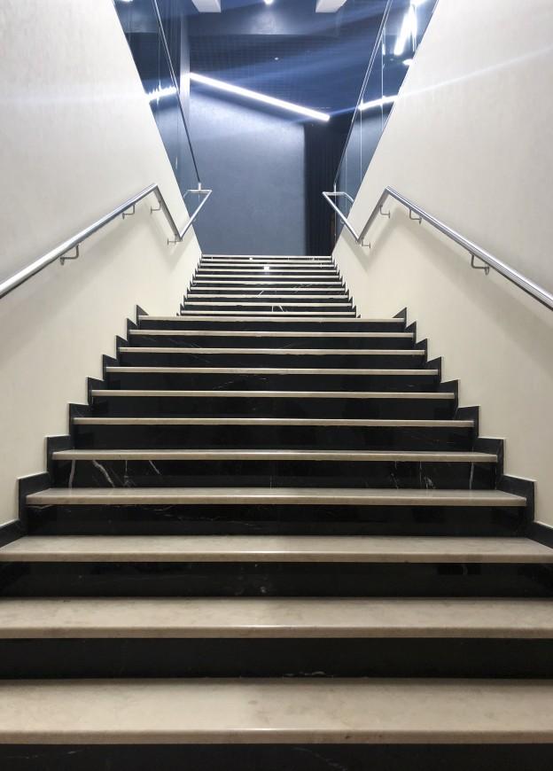 лестницы из натурального камня фото в Москве