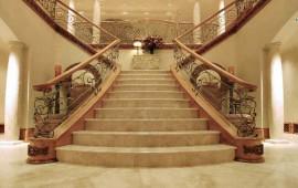 Мраморная лестница для частного дома